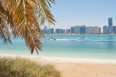 在阿布扎比地平线的海滩视图 免版税库存照片