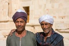 在阿布・辛拜勒神庙附近的两埃及人,埃及 免版税库存照片