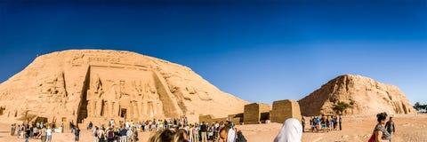 在阿布・辛拜勒神庙,纳赛尔湖,埃及的人群 库存照片