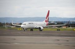 在阿德莱德机场的澳洲航空飞机 图库摄影
