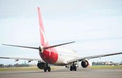 在阿德莱德机场的澳洲航空飞机 免版税库存图片