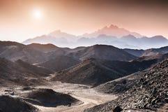 在阿拉伯沙漠的山的美好的日落 免版税库存图片