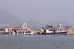 在阿拉伯海的渡轮在象岛石窟船坞附近 免版税库存图片