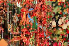 在阿拉伯街道,新加坡的五颜六色的风铃 免版税库存图片