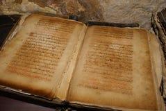 在阿拉伯语言的老古色古香的手写的书 库存图片