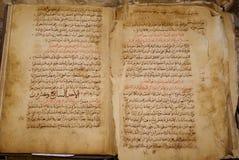 在阿拉伯语言的老古色古香的手写的书 库存照片