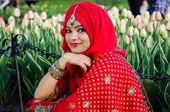 在阿拉伯Headress的微笑的秀丽 图库摄影