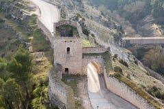 在阿拉尔孔,西班牙历史的城市墙壁的石头制造,装门的入口  库存图片