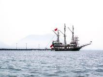在阿拉尼亚海湾的一旅游yach 库存图片