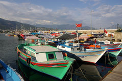 在阿拉尼亚,土耳其港的小船  图库摄影