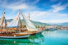 在阿拉尼亚,土耳其港的游船  免版税库存图片