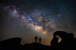 在阿拉巴马小山的Mobius曲拱在银河下 免版税库存图片
