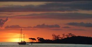 在阿拉弗拉海和红色海岛Seisia约克角澳大利亚的日落场面 免版税库存图片