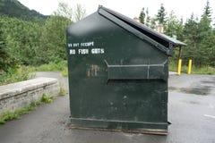 在阿拉斯加休息区的巨型垃圾大型垃圾桶指定不丢掉鱼胆量 图库摄影