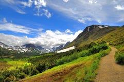 在阿拉斯加的山的走的足迹 免版税库存照片