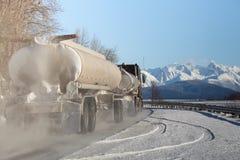 在阿拉斯加的路的罐车在冬天。 图库摄影