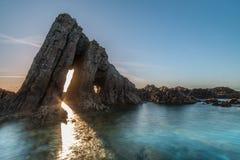 在阿斯图里亚斯海滩的不可思议的巨型独石 库存照片