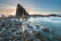 在阿斯图里亚斯海滩的不可思议的巨型独石 免版税图库摄影