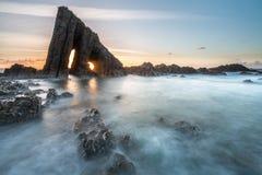 在阿斯图里亚斯海滩的不可思议的巨型独石 免版税库存照片