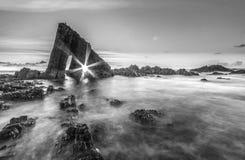 在阿斯图里亚斯海滩的不可思议的巨型独石 免版税库存图片