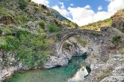 在阿斯科科西嘉附近的老热那亚的桥梁 库存图片