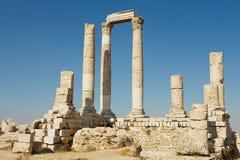 在阿曼城堡的古老石专栏在阿曼,约旦 免版税库存图片