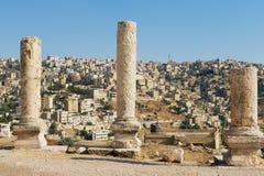 在阿曼城堡的古老石专栏有蓝天的在背景在阿曼,约旦 库存图片