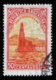 在阿根廷打印的邮票显示油井 免版税图库摄影