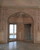 在阿格拉堡垒的装饰的曲拱入口 免版税库存照片