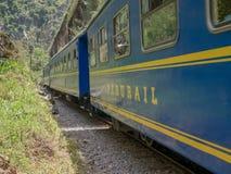 在阿瓜斯卡连特斯火山,库斯科,秘鲁连接库斯科和马丘比丘的Perurail火车 图库摄影