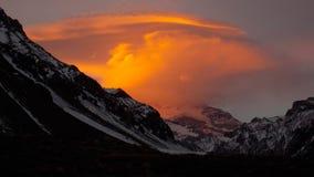 在阿空加瓜Mt前面的橙色云彩 免版税图库摄影