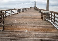 在阿维拉海滩的被放弃的码头 图库摄影