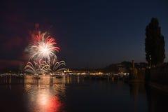 在阿罗纳-意大利的湖边平地的烟花 图库摄影