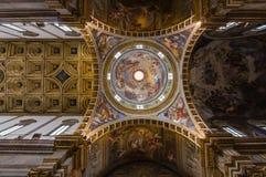 在阿西西,意大利的教会内部 免版税库存图片