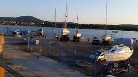 在阿赫托波尔和小船的日落 免版税库存照片