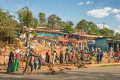在阿迪斯Abbaba,埃塞俄比亚附近的普遍和拥挤非洲市场 库存照片