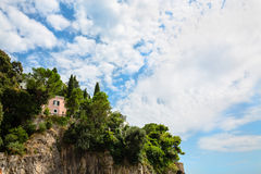 在阿马尔菲海岸峭壁的别墅,在波西塔诺附近,意大利 图库摄影