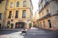 在阿维尼翁街道上的一个古老大厦  库存照片