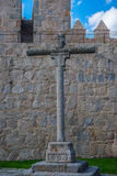 在阿维拉前面墙壁的石十字架  免版税库存图片