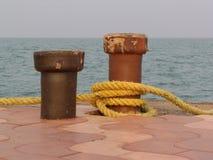 在附加小船和船的码头的排列 免版税图库摄影