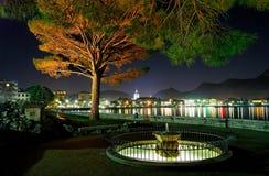 在附近城市的湖边 图库摄影