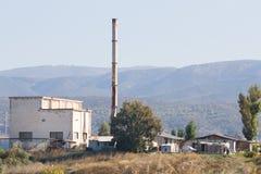 在附近的陋屋地区一个老烟囱 库存照片
