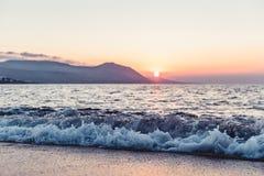 在陆间海在日落期间,塞浦路斯的波浪 库存照片