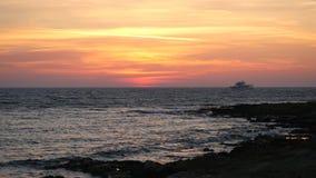 在陆间海海滩的美好的五颜六色的日落 由美丽的起波纹的水的偏僻的船风帆 股票录像