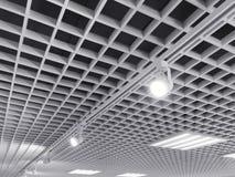 在陈列天花板栅格的明亮的卤素聚光灯 免版税库存照片