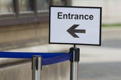 在陈列或博物馆入与方向箭头的标志 库存照片