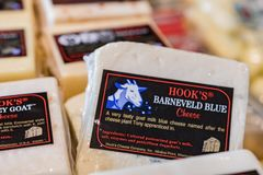 在陈列橱的山羊乳干酪 图库摄影