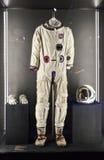在陈列波斯菊的美国航天服 免版税库存图片