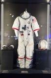 在陈列波斯菊的美国航天服 免版税图库摄影