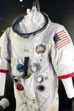 在陈列波斯菊的美国航天服 库存照片